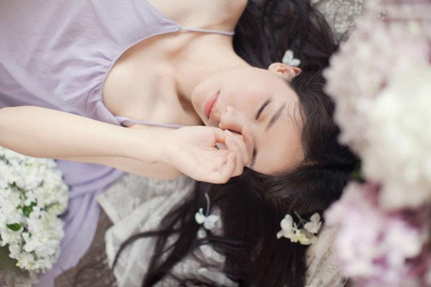 蔷薇花香的女生