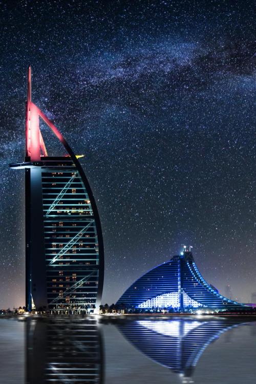 夜幕下的帆船酒店