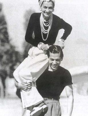 1937年的可可·香奈儿身着与她的男伴几乎相同的服饰