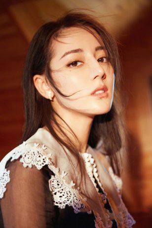 迪丽热巴妩媚动人时尚杂志写真