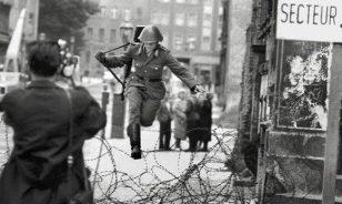 冷战时期,跳过柏林墙的士兵。