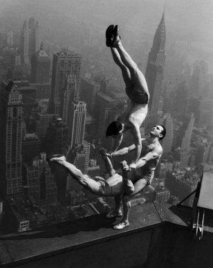 1931 年 5 月 1 日,纽约帝国大厦落成日的杂技表演。