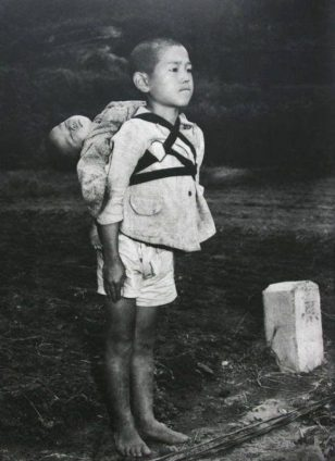现实版萤火虫之墓。1945 年,长崎核爆炸后,一个把死去的弟弟背到火葬场的小男孩
