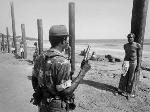 利比亚卡扎菲上台后,前内阁部长们排队被执行枪决