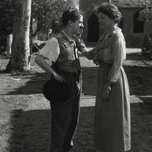1919年,海伦·凯勒与卓别林在好莱坞相遇。