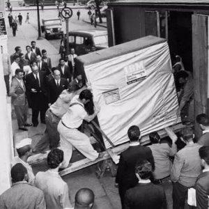 1956年,IBM正在运输5MB的硬盘