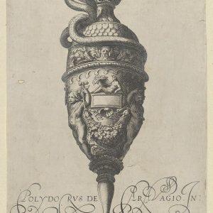 """盘子9:古董花瓶(""""Vasa a Polydoro Caravagino"""")中的花瓶或水罐,上面有一个蛇形手柄,两个Putti托着一个花环。"""