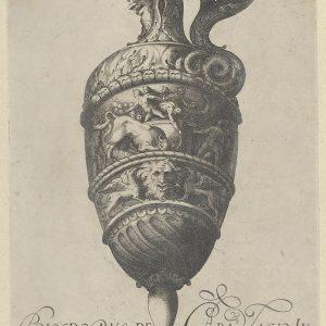 盘子5:带有双层楣的花瓶或水壶,顶部显示男子摔跤公牛,底部包含一个面具和两个狮鹫,来自古董花瓶(Vasa a Polydoro Caravagino)