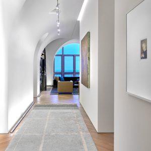 拱形窗户和拱形天花板有助于打造明亮开放的公寓内部