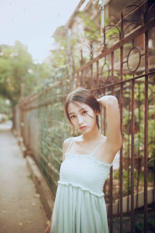 阳光下的吊带裙美少女亭亭玉立